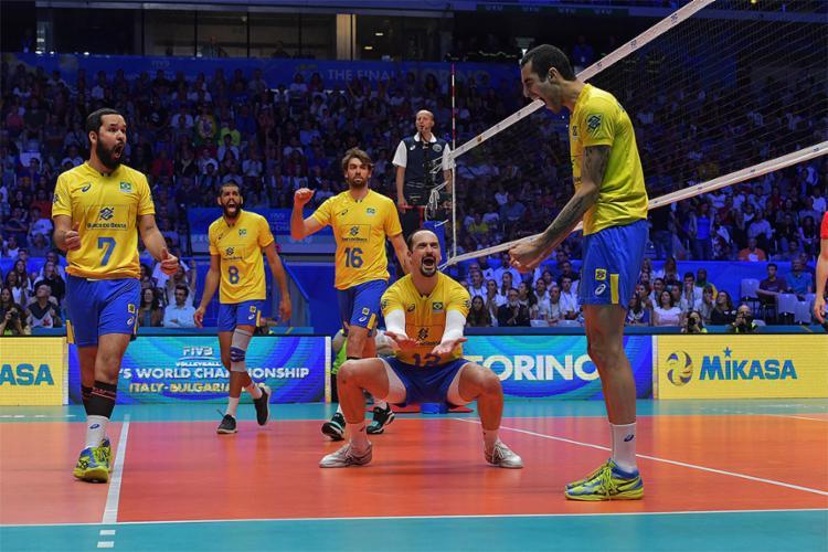 Comandada por Renan, seleção comemorou após virada por 3 sets a 2 - Foto: Divulgação l FIVB