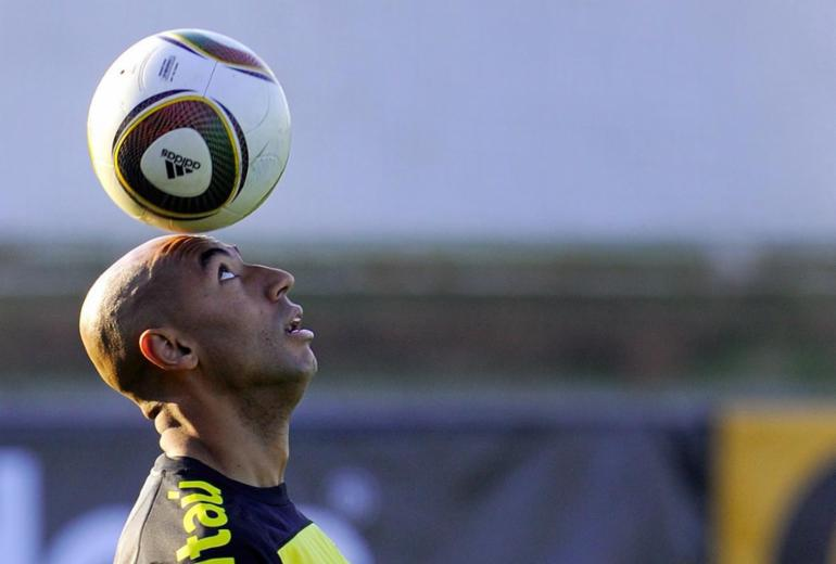 Zagueiro de duas Copas do Mundo, Luisão anuncia aposentadoria do futebol | Fabrice Coffrini | AFP