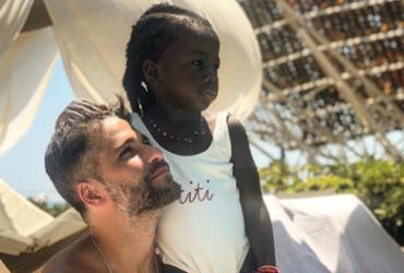 Bruno Gagliasso revela ter se conscientizado sobre racismo após adotar Titi |