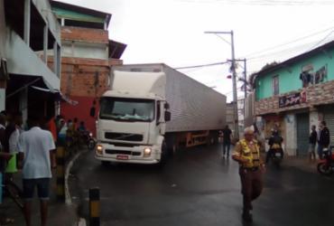 Caminhão fica atravessado em rua de Mirantes de Periperi | Joá Souza | Ag. A TARDE