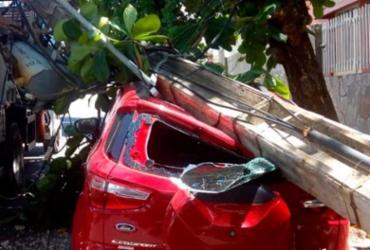 Carro é atingido por poste após caminhão arrastar fiação na Pituba | Divulgação | Transalvador