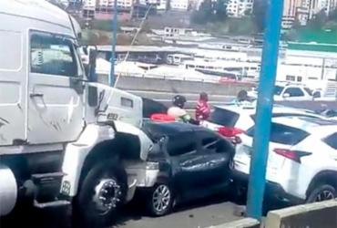 Batida causa engavetamento com sete carros e duas carretas na Via Expressa | Cidadão Repórter via WhatsApp