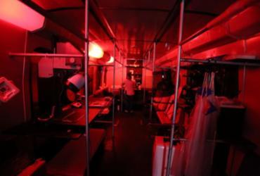 Vagão de trem na Estação da Calçada vira câmara escura e laboratório de fotografia