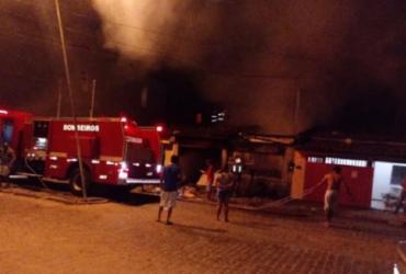 Incêndio destrói imóvel usado pela prefeitura em Eunápolis | Reprodução | Gustavo Moreira | Radar 64