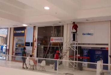 Teto de Shopping em Salvador não suporta chuva e alaga deixando funcionários preocupados