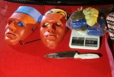 Suspeitos de tráfico são interceptados com máscaras e drogas em Salvador