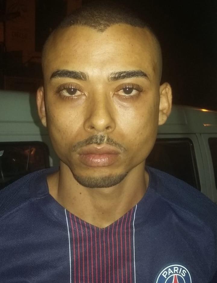 Suspeito foi localizado por policiais ao entrar em uma barbearia