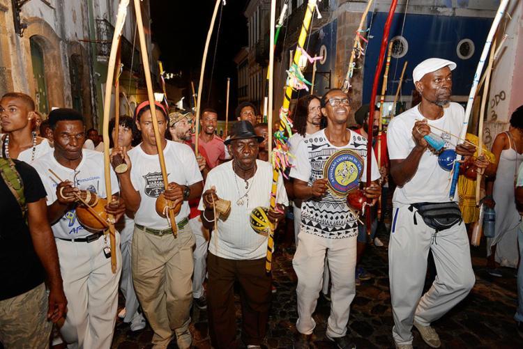 À noite, amigos e familiares percorreram ruas do Pelourinho em uma homenagem ao mestre Moa do Katendê (Foto: Shirley Stolze l Ag. A TARDE)