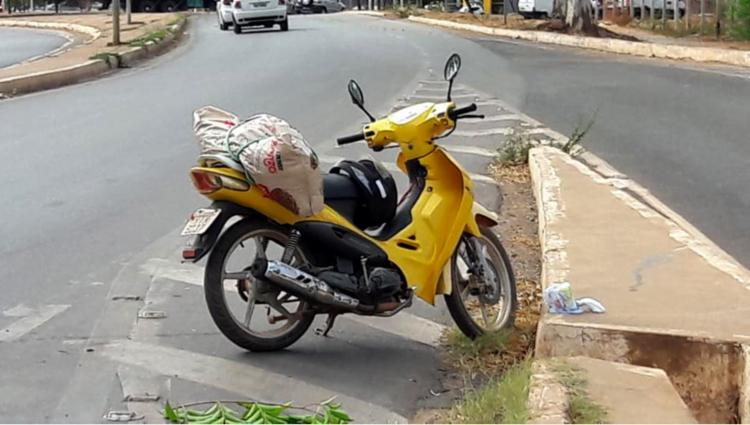 Mulher estava em motocicleta quando aconteceu o acidente (Foto: Paiva l BlogBraga)