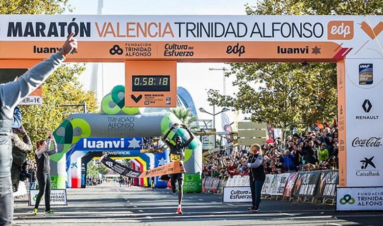 O atleta alcançou ao completar os pouco mais de 21km em 58min18s, cinco segundos a menos do que a antiga marca - Foto: Reprodução l Twitter