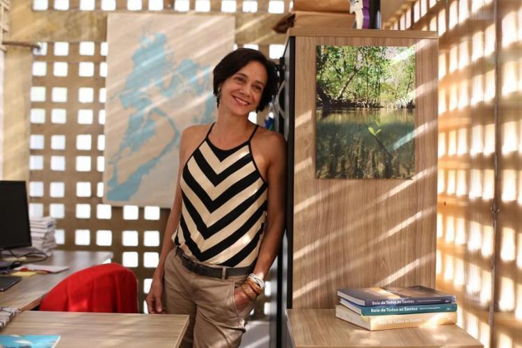A oceanógrafa Vanessa Hatje pesquisa a Baía de Todos os Santos há 10 anos - Foto: Raul Spinassé / Ag. A TARDE