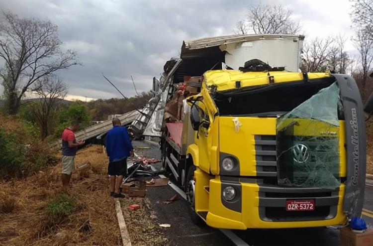 Motoristas de duas carretas que colidiram em trecho de curva sofreram ferimentos - Foto: Reprodução | Macaubense Life