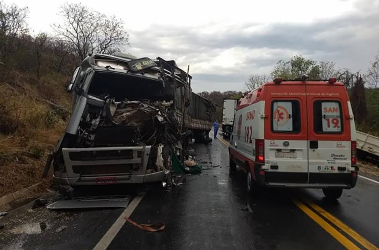 Veículos ficaram destruídos após colisão no km 572 da rodovia