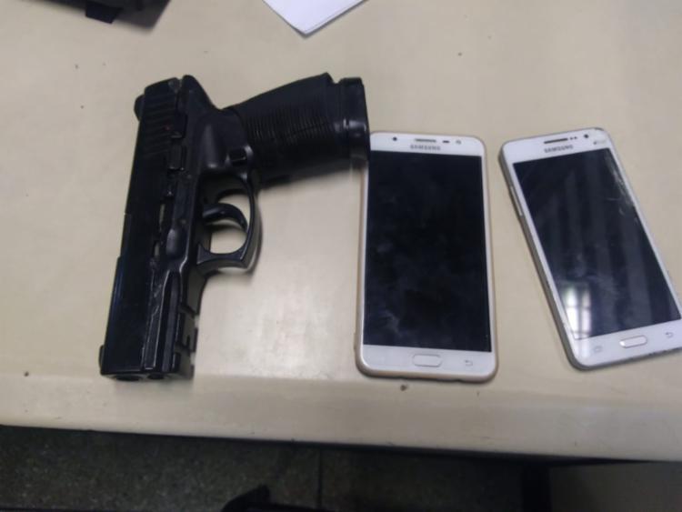 Jovem estava com dois celulares e um simulacro de pistola - Foto: Divulgação | SSP-BA