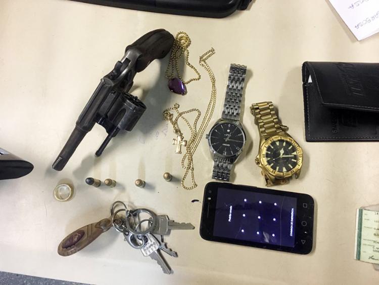 Revólver foi apreendidos e pertences das vítimas recuperados pela polícia - Foto: Divulgação | SSP-BA