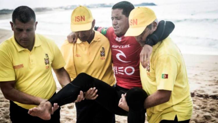 Adriano de Souza sente lesão e abandona etapa de Portugal do Mundial de Surfe - Foto: WSL