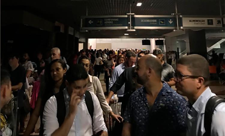 Aeroporto ficou às escuras e passageiros enfrentaram extensas filas durante a madrugada