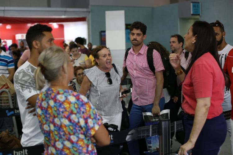 Passageiros reclamam dos atrasos dos voos e do atendimento das companhias aéreas - Foto: Raul Spinassé | Ag. A TARDE