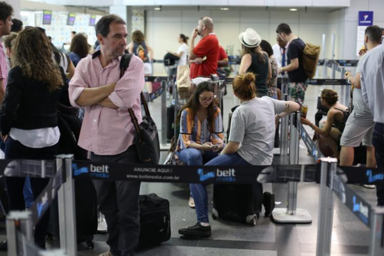 Passageiros reclamam de fome e cansaço após horas de espera no saguão do aeroporto