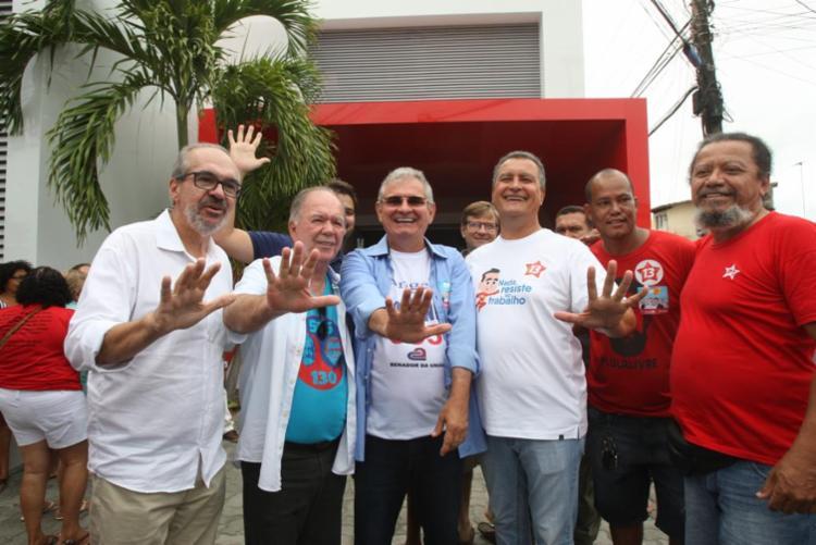 Coronel ao lado de Rui Costa e de outros aliados durante votação - Foto: Luciano da Matta | Ag. A TARDE