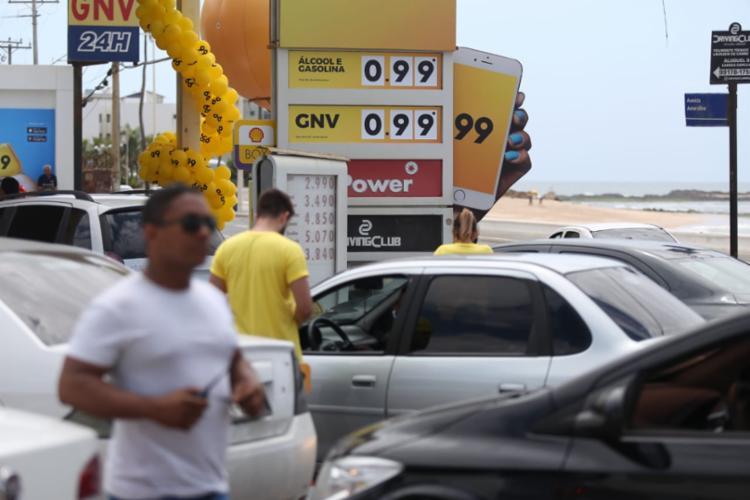 Motoristas contemplados com a promoção abastecem nesta manhã