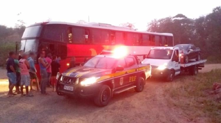 O coletivo foi abordado por três homens, no município baiano de Coração de Maria - Foto: Divulgação PRF