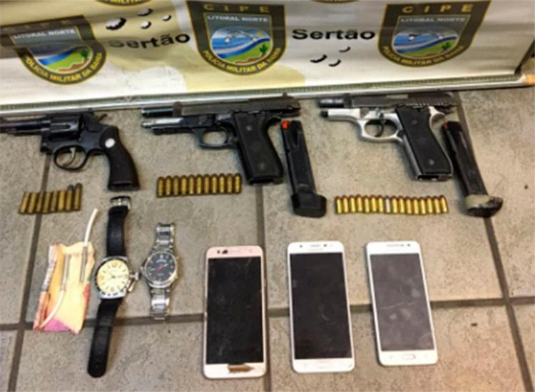 Foram apreendidos uma pistola de calibre .40 e outra de calibre .380, um revólver calibre 38 e dois cordões detonadores com espoletas - Foto: Divulgação | SSP-BA