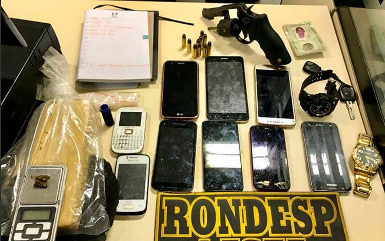 Com eles foram apreendidos dois veículos com restrição de roubo, um revólver calibre 38, munições, 1 kg de maconha, nove aparelhos celulares - Foto: Divulgação | PM-BA