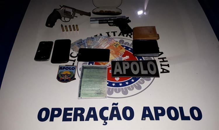 Com a dupla foram apreendidos um revólver calibre 38, um simulacro de pistola, munições, celulares e pertences da vítima - Foto: Divulgação   SSP-BA