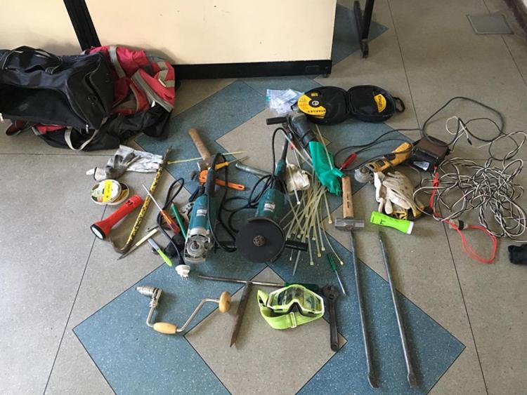 Com o suspeito foram apreendidas uma furadeira, lixadeira, chaves de fenda e outras ferramentas