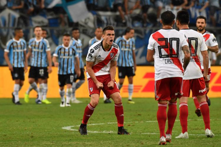 O atacante Borré (centro) marcou o gol que iniciou a histórica virada do River Plate em plena Arena do Grêmio - Foto: Nelson Almeida l AFP