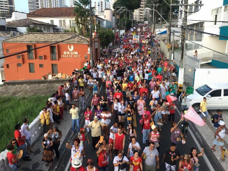 Manifestação seguiu pela Ladeira da Barra até chegar ao Farol