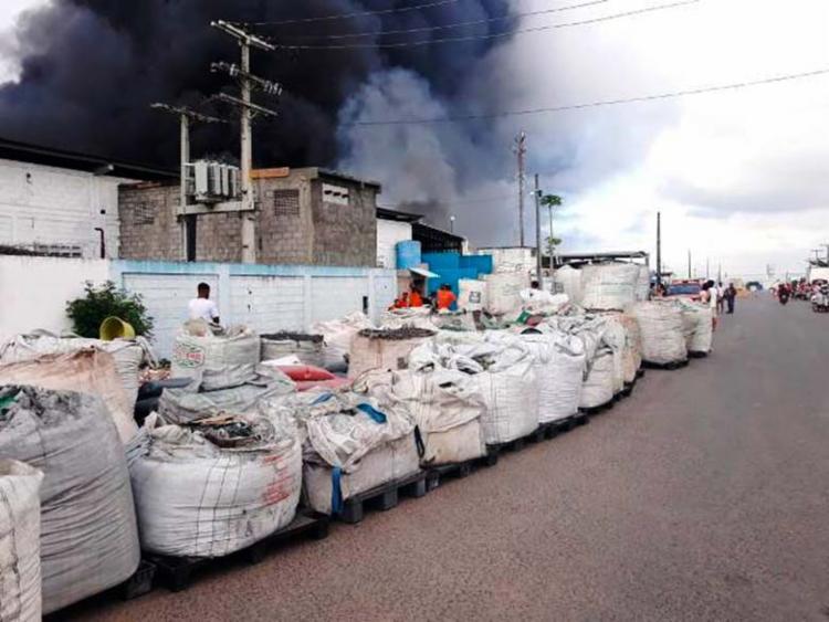 Há no local cerca de 500 toneladas de plástico, segundo o Corpo de Bombeiros