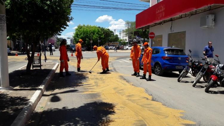 Os bombeiros utilizaram pó de serra para sugar o óleo derramado na pista - Foto: Blogbraga | Repórter Ivonaldo paiva