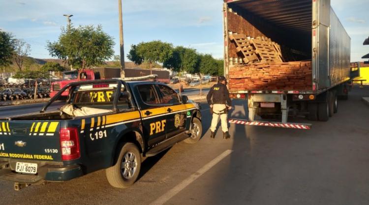 O caminhão foi encaminhado ao pátio da PRF e permanecerá a disposição do Instituto Brasileiro do Meio Ambiente e dos Recursos Naturais Renováveis (IBAMA) - Foto: Divulgação   PRF