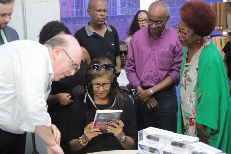 A biblioteca se tornou a primeira instituição do estado a oferecer óculos com inteligência artificial - Foto: Lucas Rosário | Secult BA