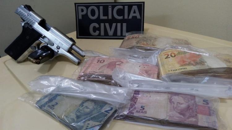 Com o suspeito, foram encontrados uma pistola ponto 380, R$ 12 mil e dois celulares - Foto: Divulgação   SSP-BA