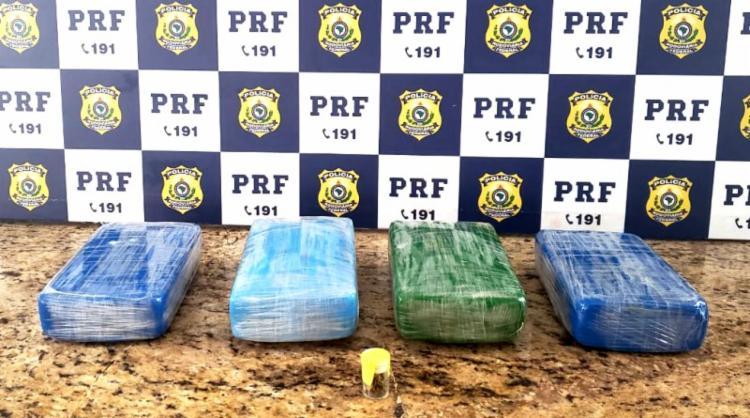 A mulher foi presa e responderá por tráfico de drogas com pena de até 15 anos - Foto: Divulgação   PRF