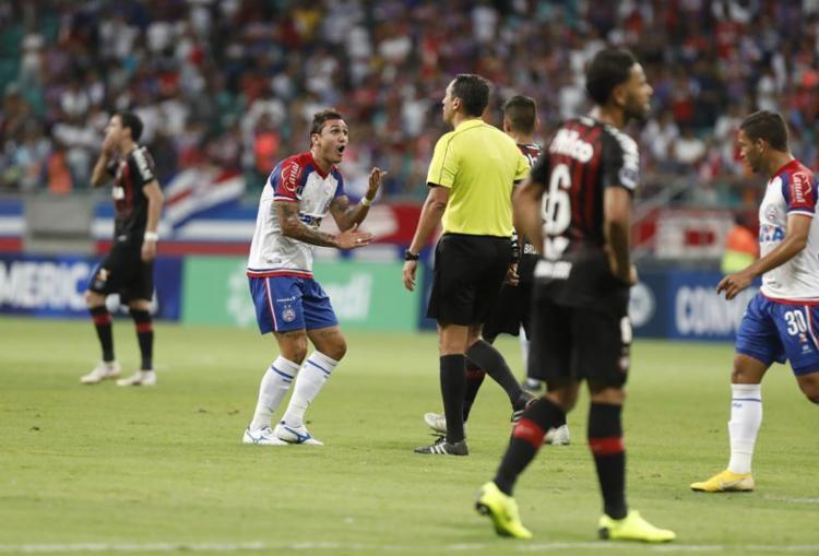 O juiz Fernando Rapallini anulou dois gols do Esquadrão com auxílio do VAR - Foto: Tiago Caldas l Ag. A TARDE