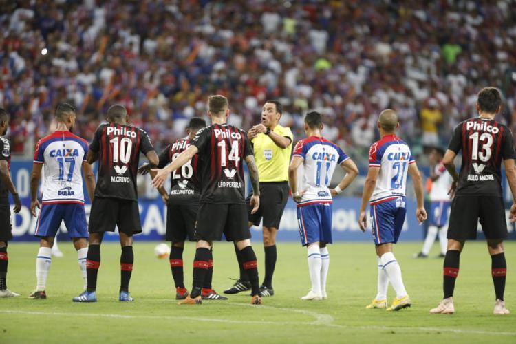 Árbitro argentino Fernando Rapallini anulou dois gols do Tricolor contra o Furacão - Foto: Tiago Caldas l Ag. A TARDE
