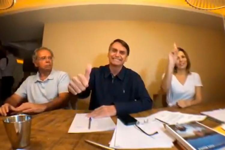 Bolsonaro fez uma transmissão pelas redes sociais, acompanhado do Paulo Guedes - Foto: Reprodução | YouTube