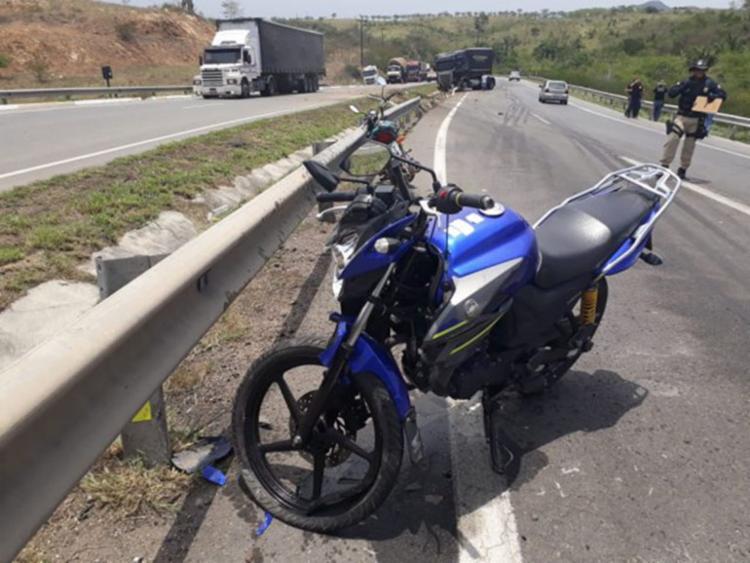 Raimundo Correia Anunciação acabou perdendo o controle da motocicleta Yamaha cor azul e placa PKH-1413 por conta da alta quantidade de óleo presente na pista - Foto: Aldo Matos | Reprodução | site Acorda Cidade