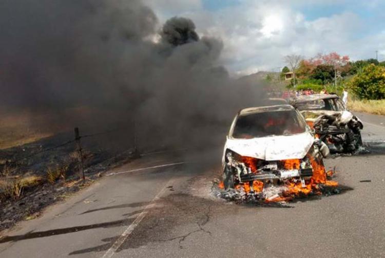 Veículos ficaram completamente destruídos no engavetamento