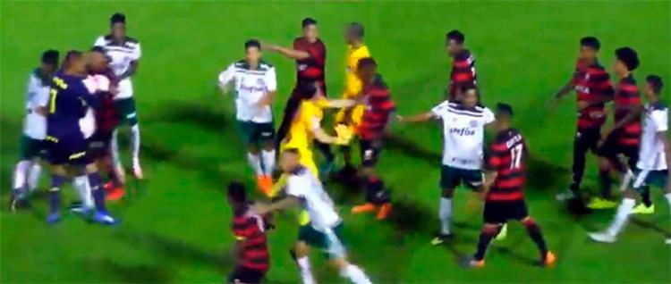 Partida entre Vitória e Palmeiras foi marcada por invasão de torcedores e tentativa de agredir atletas do time paulista - Foto: Reprodução   FBF