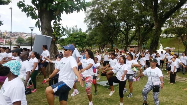 Exercícios de alongamento são realizados antes do início da caminhada - Foto: Divulgação