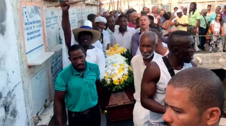 Familiares e amigos prestaram a última homenagem a Moa do Katendê - Foto: Reprodução l Instagram l @jornalatarde