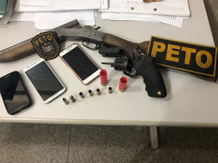 Com o casal foi apreendido armas e aparelhos celulares