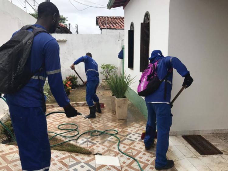 Em força-tarefa, agentes limpam casas que foram invadidas pela lama