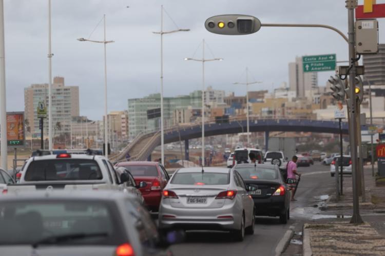 Semáforos intermitentes prejudicam trânsito e passagem de pedestres na orla - Foto: Raul Spinassé | Ag. A TARDE