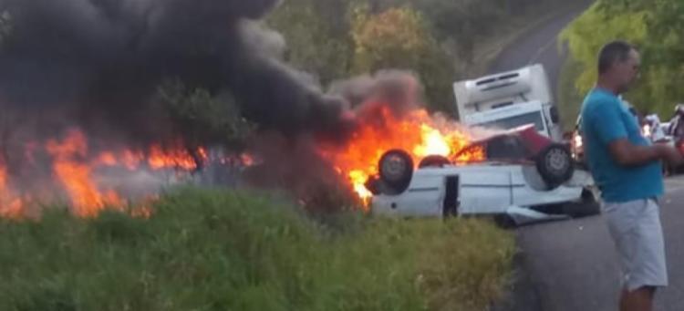 Após colidirem os carros pegaram fogo na BA-489 - Foto: Reprodução | Teixeira News